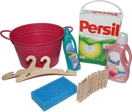Metalen emmertje met diverse wasmiddelen en accessoires .
