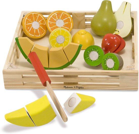 Melissa en dough snij fruit in houten kistje.