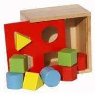 Houten vormenstoofmet 4 gaten en 8 blokjes.